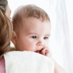Por que é importante o bebê arrotar?